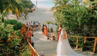 Jak přepravit svatební šaty na svatbu na pláži